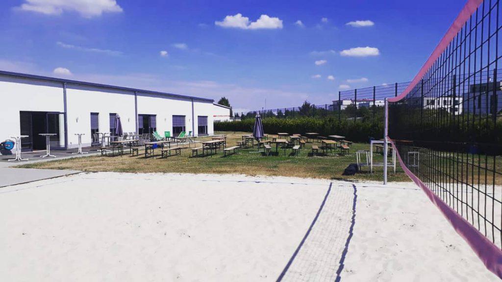 Unser großer Außenbereich mit unserem Beachvolleyballfeld vom Beachvolleyballtunier 2018
