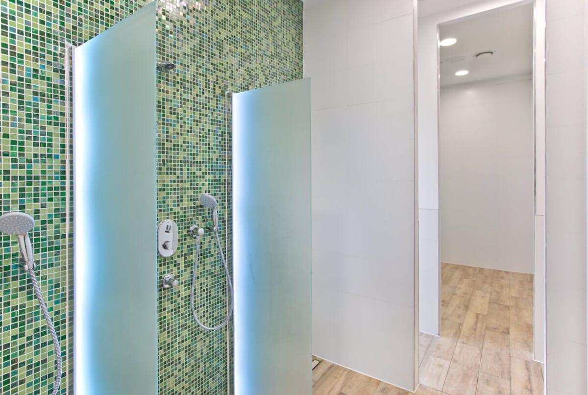 Modern und blitzsauber: die Duschen.