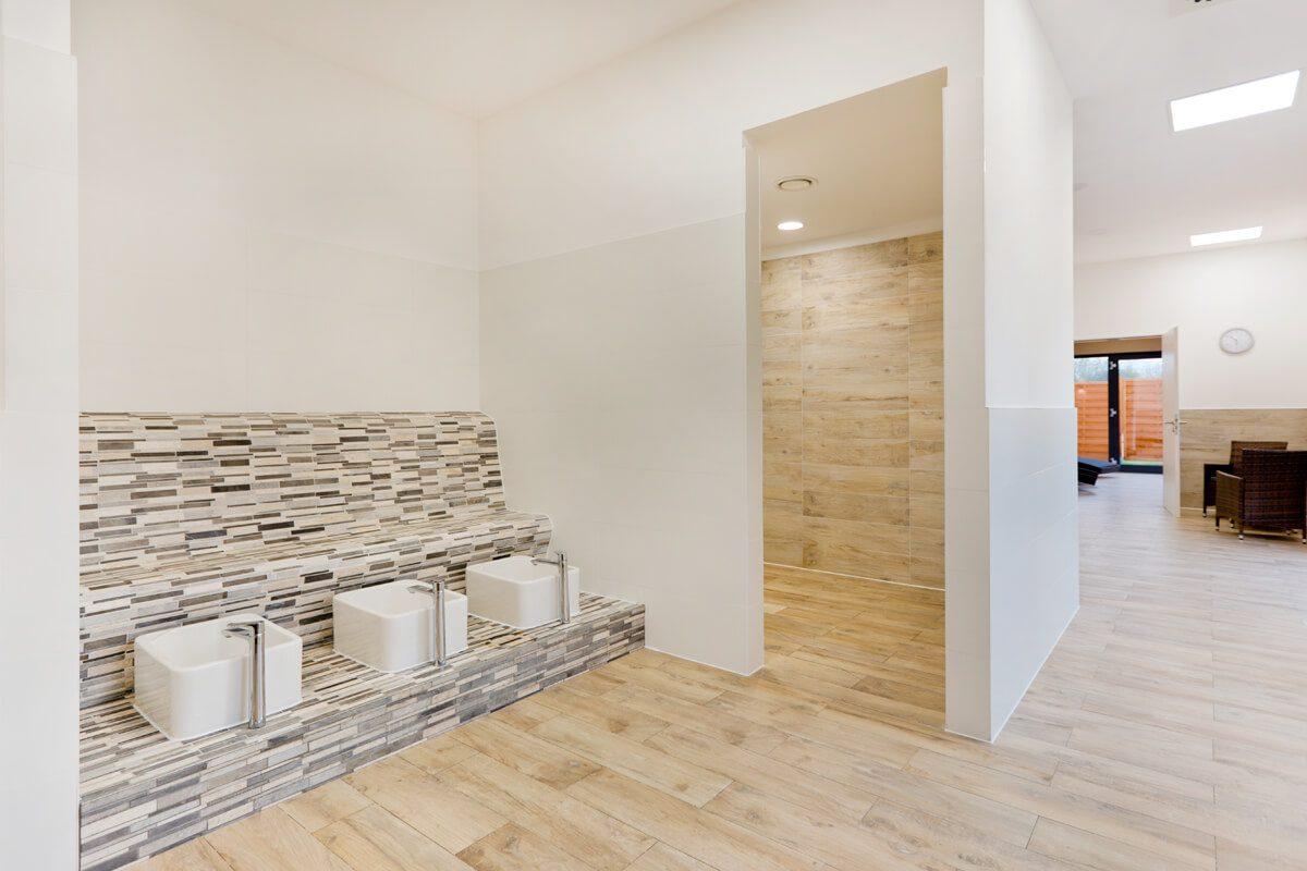 Fußbad und Extra-Duschen neben der Sauna.